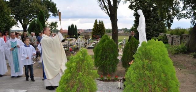 W uroczystość Wniebowzięcia NMP dokonaliśmy poświęcenia figury Maryi Niepokalanej na naszym cmentarzu. Usytuowana na zwieńczeniu alejki na wprost wejścia do kaplicy cmentarnej będzie odtąd towarzyszyła wychodzącym z kaplicy w ostatnią […]