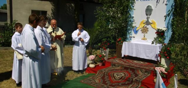 W uroczystość Najświętszego Ciała i Krwi Pańskiej wyznawaliśmy wiarę w obecność Pana w Eucharystii. Naszej modlitwie przewodniczył ks. Piotr Kuś. Uczestniczyło w niej 5 kapłanów i około tysiąca wiernych.