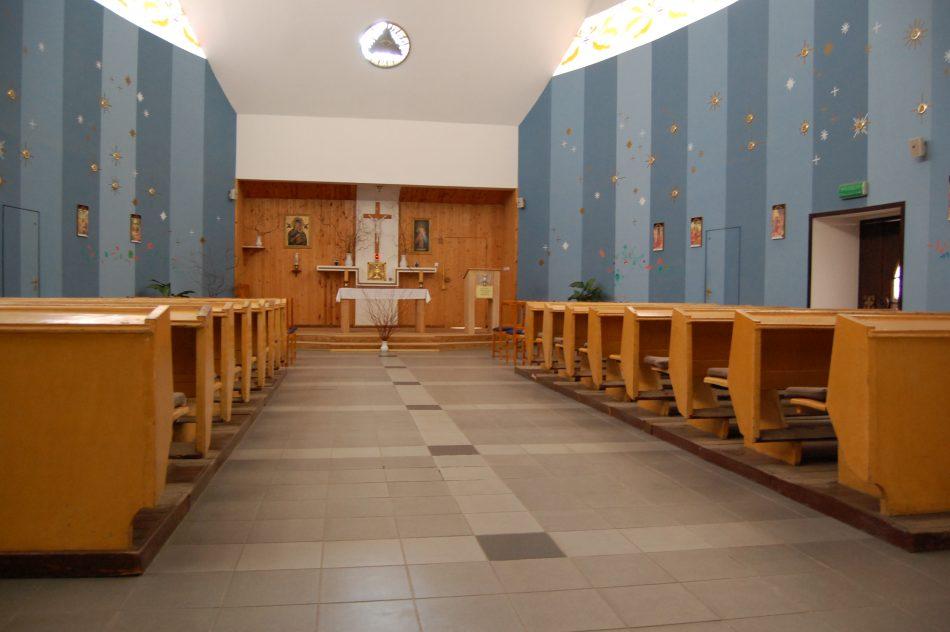 Kaplica po wstawieniu ławek wiosną 2018